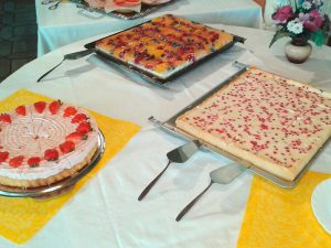 Kuchenauswahl im Pavillon